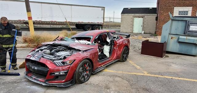 Góc chơi lớn: Sở cứu hỏa phá hủy Ford Mustang Shelby GT500 đời mới phục vụ buổi diễn tập - Ảnh 2.