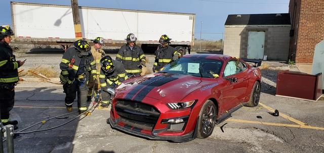 Góc chơi lớn: Sở cứu hỏa phá hủy Ford Mustang Shelby GT500 đời mới phục vụ buổi diễn tập - Ảnh 1.