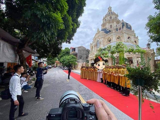 Choáng với đám cưới trong lâu đài dát vàng tại Tuyên Quang, đón dâu bằng xe Rolls Royce chiếm ngay spotlight trên mạng xã hội - Ảnh 2.