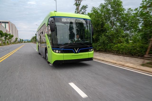 VinFast công bố xe buýt điện đầu tiên: Sạc đầy 2 tiếng, đi được 220-260 km, wifi, giá vé 3.000-10.000 đồng/lượt - Ảnh 2.