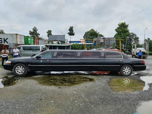 Lincoln Limousine siêu hiếm bán lại giá 2 tỷ: Dài gần gấp đôi Mercedes-Benz S-Class, nội thất có ghế sofa, quầy bar sang chảnh - Ảnh 4.