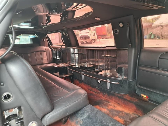 Lincoln Limousine siêu hiếm bán lại giá 2 tỷ: Dài gần gấp đôi Mercedes-Benz S-Class, nội thất có ghế sofa, quầy bar sang chảnh - Ảnh 3.