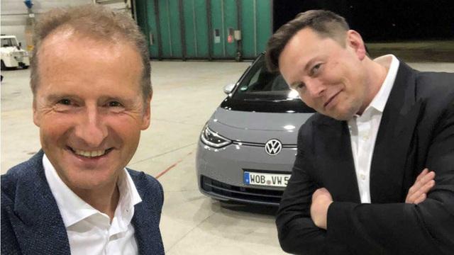 Elon Musk ngồi cùng xe với CEO Volkswagen, trực tiếp lái thử sản phẩm của đối thủ và đưa nhận xét công tâm - Ảnh 1.