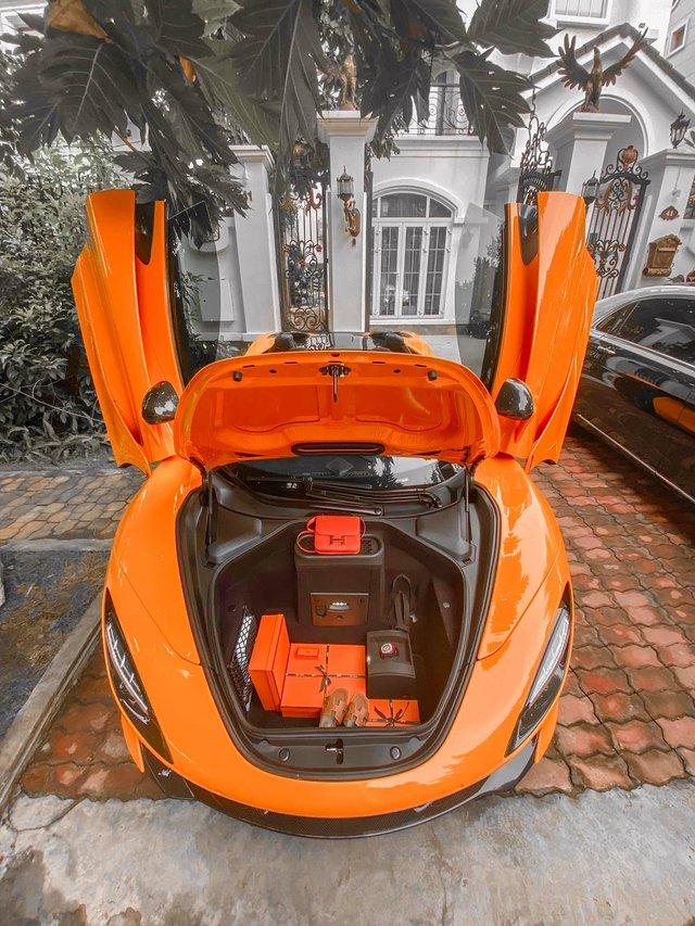 Nữ ca sĩ Đoàn Di Băng được chồng tặng hẳn siêu xe McLaren 720S Spider, không quên đề cập tới chuyện thiện nguyện tại thời điểm này - Ảnh 8.
