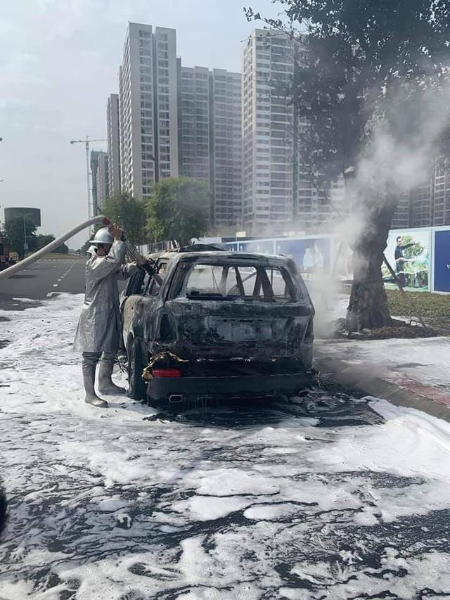 SUV Mercedes-Benz cháy trơ khung tại Hà Nội, nối dài năm hạn của xe sang tại Việt Nam - Ảnh 2.
