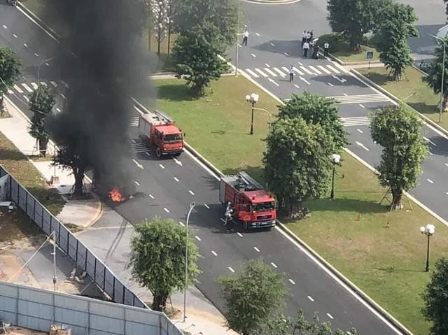SUV Mercedes-Benz cháy trơ khung tại Hà Nội, nối dài năm hạn của xe sang tại Việt Nam - Ảnh 4.