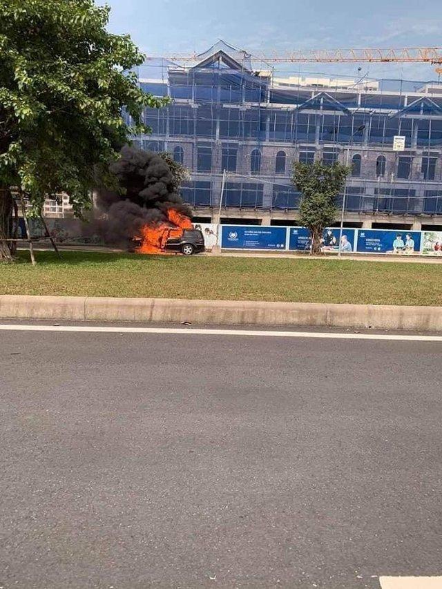 SUV Mercedes-Benz cháy trơ khung tại Hà Nội, nối dài năm hạn của xe sang tại Việt Nam - Ảnh 3.