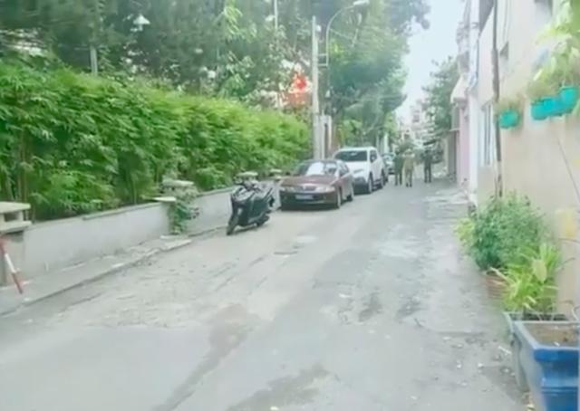 Người đàn ông tâm thần cầm dao chặt chém xe ô tô ở Sài Gòn - Ảnh 1.
