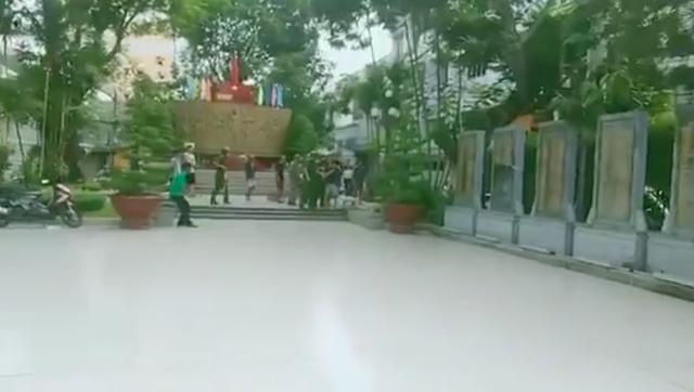Người đàn ông tâm thần cầm dao chặt chém xe ô tô ở Sài Gòn - Ảnh 3.