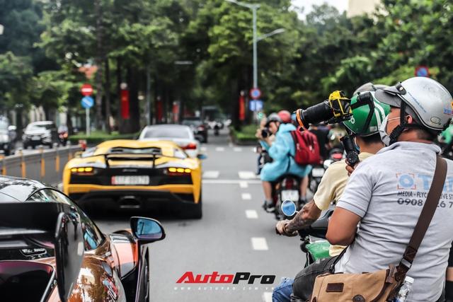 Người dân Sài Gòn tròn mắt khi thấy McLaren Senna và dàn xe khủng của Hoàng Kim Khánh: Có người nằm bò ra đường ghi lại khoảnh khắc - Ảnh 3.