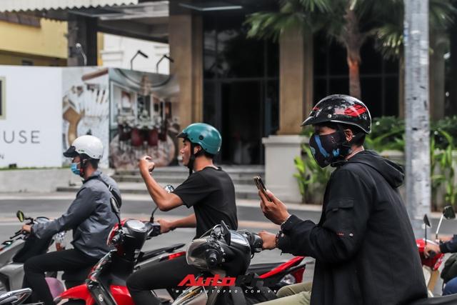 Người dân Sài Gòn tròn mắt khi thấy McLaren Senna và dàn xe khủng của Hoàng Kim Khánh: Có người nằm bò ra đường ghi lại khoảnh khắc - Ảnh 4.