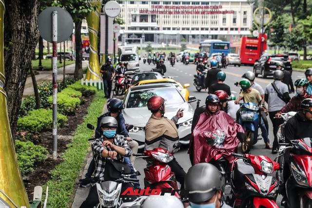 Người dân Sài Gòn tròn mắt khi thấy McLaren Senna và dàn xe khủng của Hoàng Kim Khánh: Có người nằm bò ra đường ghi lại khoảnh khắc - Ảnh 5.