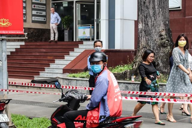 Người dân Sài Gòn tròn mắt khi thấy McLaren Senna và dàn xe khủng của Hoàng Kim Khánh: Có người nằm bò ra đường ghi lại khoảnh khắc - Ảnh 6.