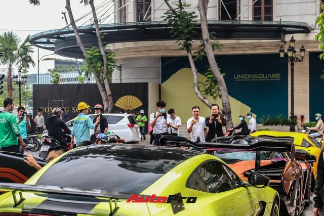 Người dân Sài Gòn tròn mắt khi thấy McLaren Senna và dàn xe khủng của Hoàng Kim Khánh: Có người nằm bò ra đường ghi lại khoảnh khắc - Ảnh 7.