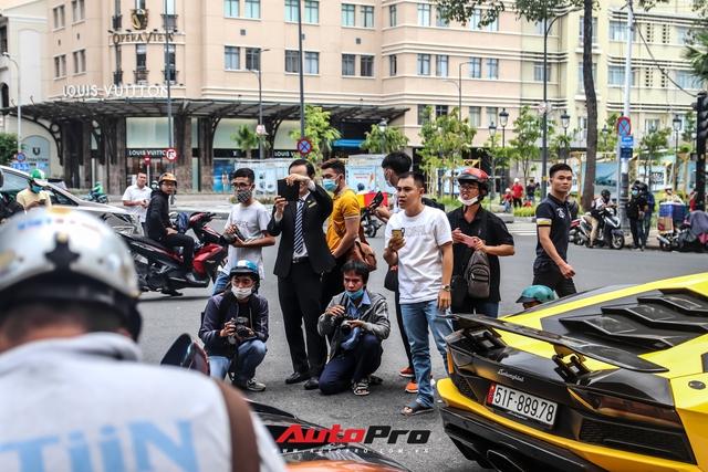 Người dân Sài Gòn tròn mắt khi thấy McLaren Senna và dàn xe khủng của Hoàng Kim Khánh: Có người nằm bò ra đường ghi lại khoảnh khắc - Ảnh 8.