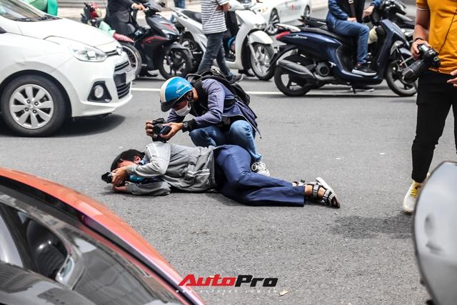 Người dân Sài Gòn tròn mắt khi thấy McLaren Senna và dàn xe khủng của Hoàng Kim Khánh: Có người nằm bò ra đường ghi lại khoảnh khắc - Ảnh 9.
