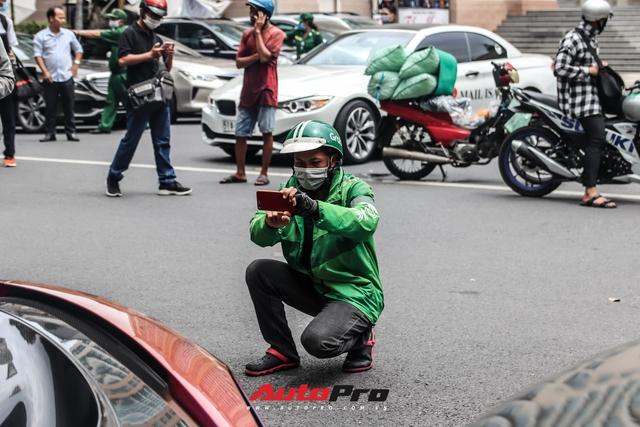 Người dân Sài Gòn tròn mắt khi thấy McLaren Senna và dàn xe khủng của Hoàng Kim Khánh: Có người nằm bò ra đường ghi lại khoảnh khắc - Ảnh 10.