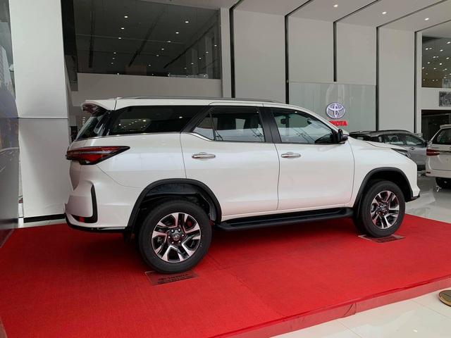 Toyota Fortuner Legender 2021 ồ ạt về đại lý: Phiên bản cao cấp thay thế TRD Sportivo, giá từ 1,195 tỷ đồng - Ảnh 2.