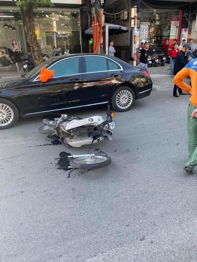 Va chạm với Mercedes tiền tỷ, nam sinh ngã ra đường, bánh xe máy gãy rời ra - Ảnh 1.
