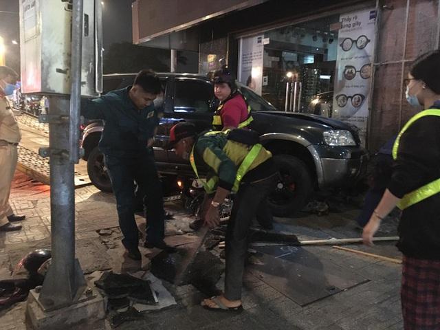 Ô tô điên tông nhiều xe máy, 4 người bị thương ở Sài Gòn - Ảnh 1.