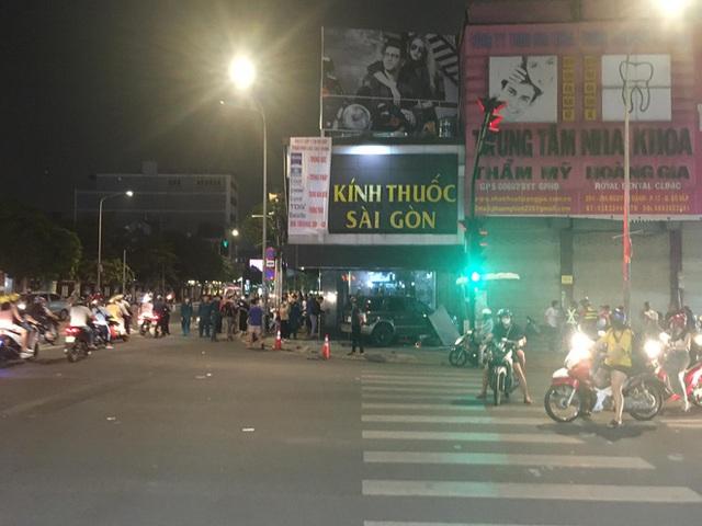 Ô tô điên tông nhiều xe máy, 4 người bị thương ở Sài Gòn - Ảnh 2.