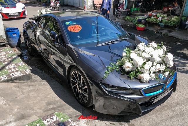Loạt siêu xe, xe sang hùng hậu đưa dâu trong đám cưới Xemesis - Xoài Non, chú rể cầm lái xe hoa BMW i8 4 tỷ - Ảnh 3.