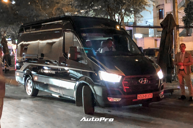 Tiệc cưới Công Phượng: Xe sang ra vào tấp nập, Lexus chiếm đa số, HLV Park Hang-seo và dàn cầu thủ đi xe lạ đến dự - Ảnh 1.