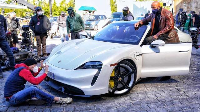 The Rock dở khóc dở cười vì không chui vừa Porsche Taycan - Ảnh 1.