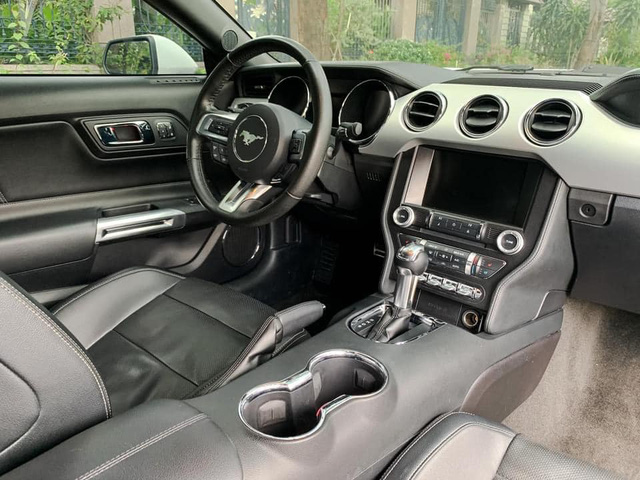 4 năm chạy hơn 61.000km, 'ngựa hoang' Ford Mustang bán lại ngang giá Mercedes-Benz C 200 Exclusive thế hệ mới - Ảnh 3.