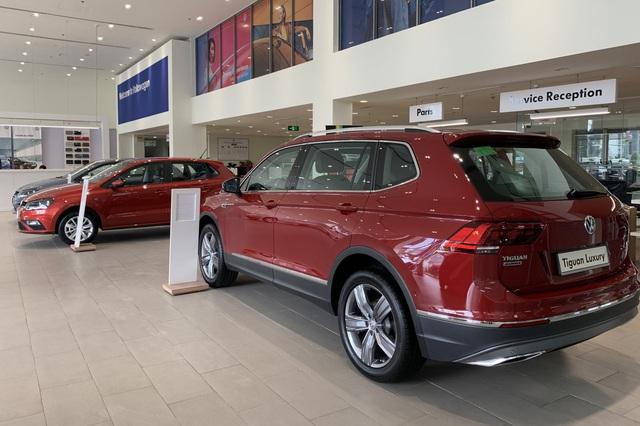 Volkswagen giảm giá gần 180 triệu đồng: Tiguan Allspace, Passat cạnh tranh GLB, C-Class bằng giá 'mềm' - Ảnh 1.