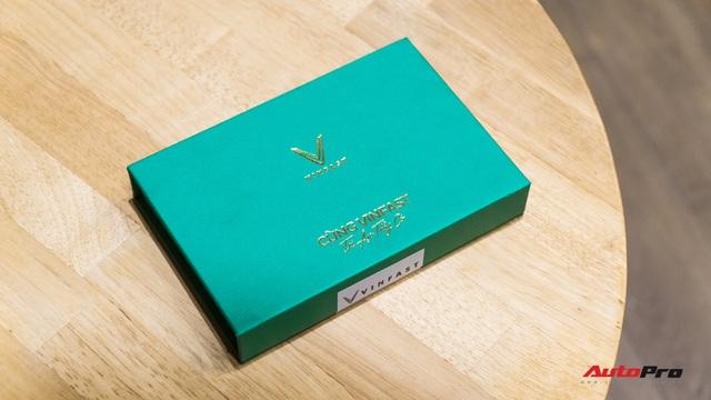 'Đập hộp' quà hơn 30 triệu đang gây sốt của VinFast nhân dịp 20/11