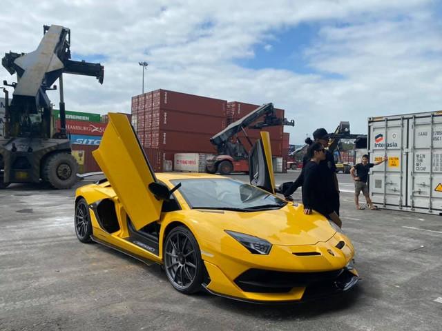 Sau 5 tháng, Lamborghini Aventador SVJ thứ hai chính thức cập bến về Việt Nam với màu sơn ấn tượng - Ảnh 1.