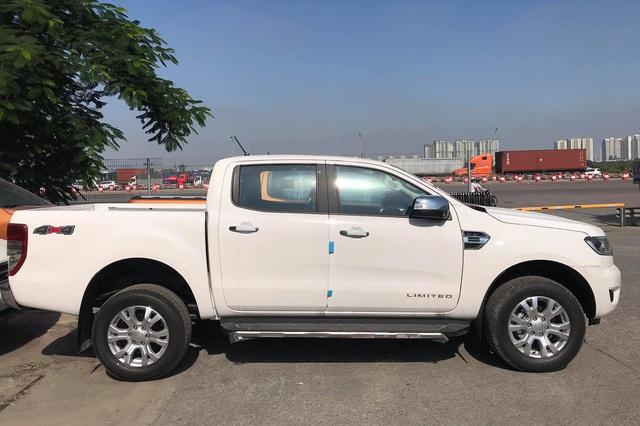 Ford Ranger và Everest 2021 cập cảng Việt Nam: Vua doanh số nâng cấp chạy nước rút cuối năm, giá vẫn giảm hàng chục triệu đồng - Ảnh 1.