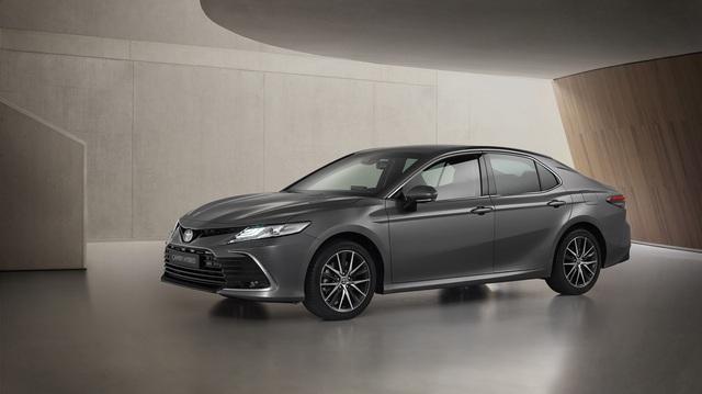Ra mắt Toyota Camry Hybrid 2021: Hoàn thiện hơn với thiết kế, công nghệ mới