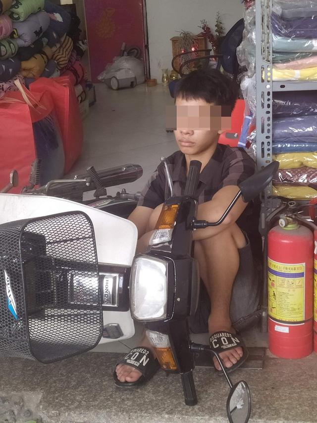 Chạy xe máy lao thẳng vào cửa hàng bên đường, chàng trai nằm ngủ luôn tại chỗ bất chấp mọi tiếng ồn - Ảnh 2.