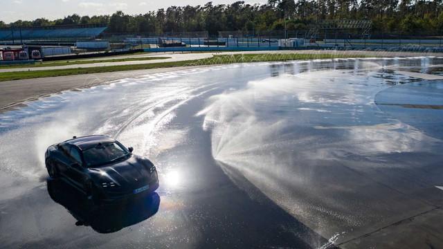 Porsche Taycan drift liên tục hơn 42km, lập kỷ lục thế giới - Ảnh 1.
