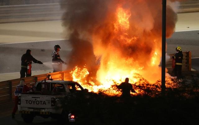 Màn thoát chết thần kỳ trên đường đua F1: Xe vỡ nát và bốc cháy ngùn ngụt hơn chục giây, tay đua mới lồm cồm thoát ra - Ảnh 2.