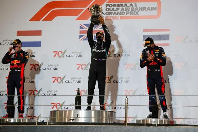 Màn thoát chết thần kỳ trên đường đua F1: Xe vỡ nát và bốc cháy ngùn ngụt hơn chục giây, tay đua mới lồm cồm thoát ra - Ảnh 9.
