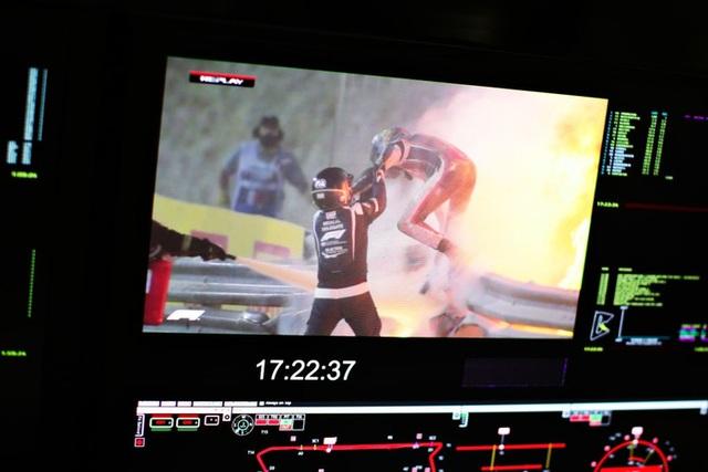 Màn thoát chết thần kỳ trên đường đua F1: Xe vỡ nát và bốc cháy ngùn ngụt hơn chục giây, tay đua mới lồm cồm thoát ra - Ảnh 6.
