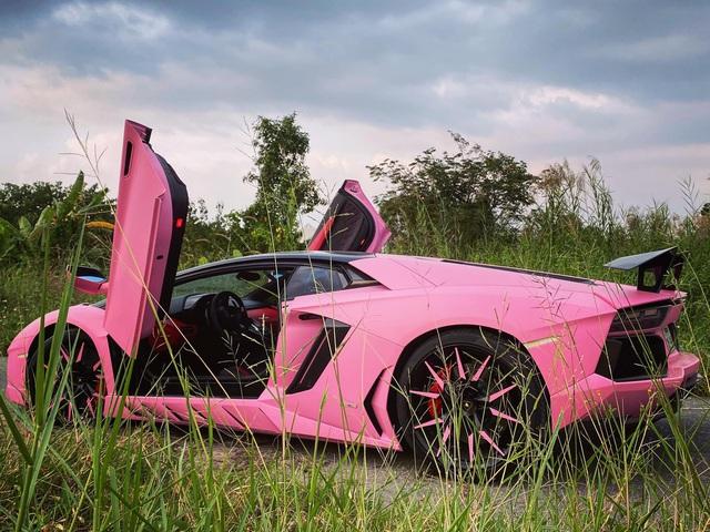 Vừa mua Lamborghini Aventador biển số tứ quý 9, nữ doanh nhân Việt lập tức đổi màu xe sang hồng cực chói loá - Ảnh 4.