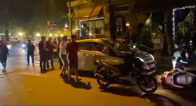 Màn hỗn chiến giữa tài xế taxi và người đàn ông chạy xe máy trên phố Hà Nội, lời chia sẻ bóc trần sự thật - Ảnh 2.