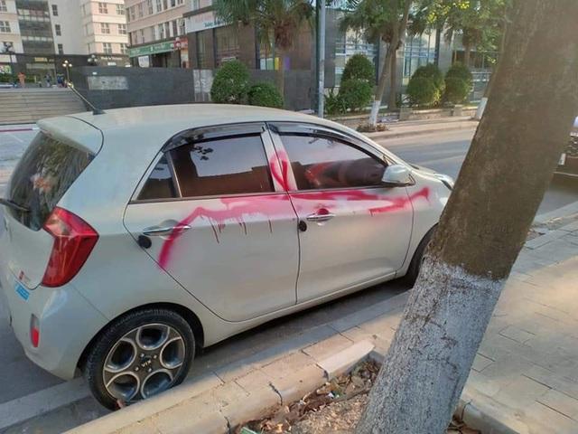 Đỗ ô tô bên đường lúc quay lại, người đàn ông hoảng sợ vì vệt sơn đỏ phun kín thân xe - Ảnh 3.
