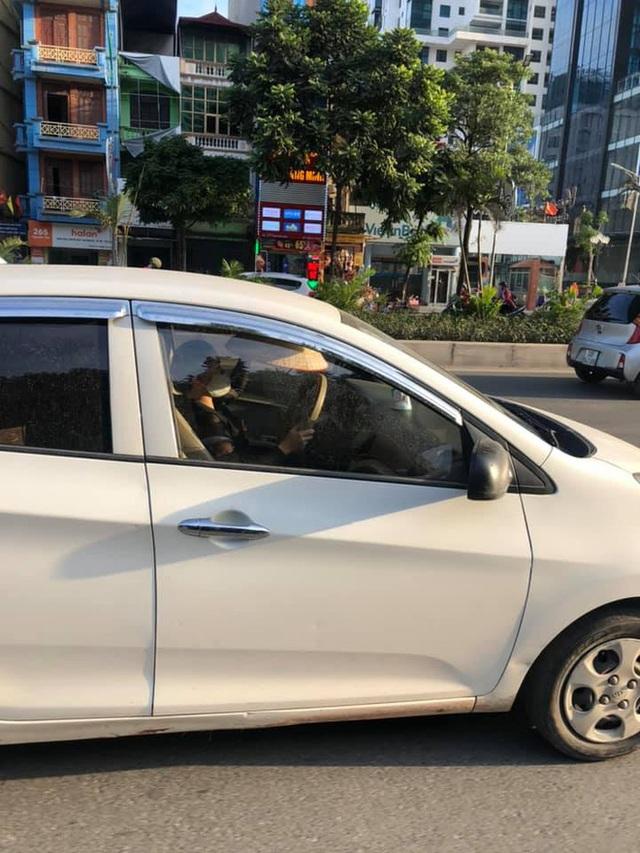 Chiếc ô tô khiến cả phố hoang mang, lo sợ, nguyên nhân nằm ở hành động của nữ tài xế - Ảnh 2.