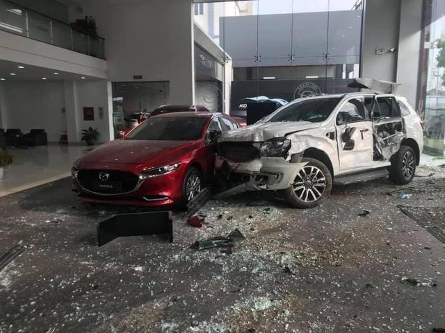 Nghi nhầm chân ga, nữ tài xế Ford Everest húc đổ nát showroom ô tô, hiện trường để lại gây ám ảnh - Ảnh 1.