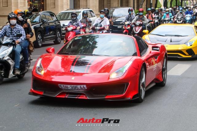 Hoàng Kim Khánh lần đầu cầm lái, khoe khả năng mở mui của Ferrari 488 Pista Spider trên đường phố Việt - Ảnh 1.
