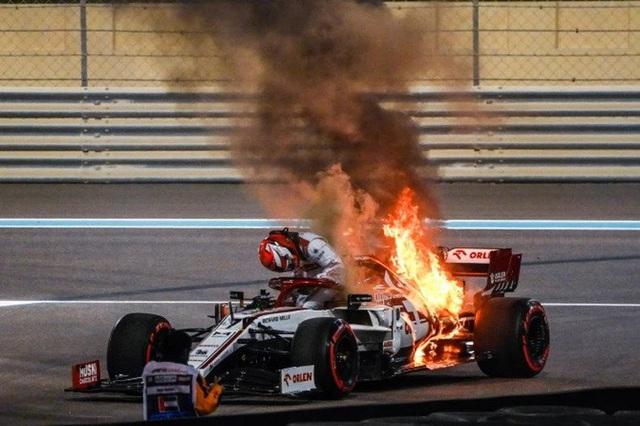Cận cảnh: Cựu vô địch F1 thế giới thoát chết thần kỳ khi xe đua bốc cháy dữ dội - Ảnh 2.