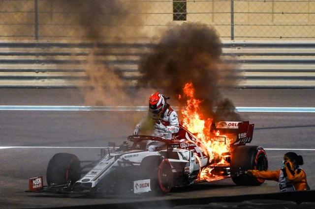 Cận cảnh: Cựu vô địch F1 thế giới thoát chết thần kỳ khi xe đua bốc cháy dữ dội - Ảnh 3.