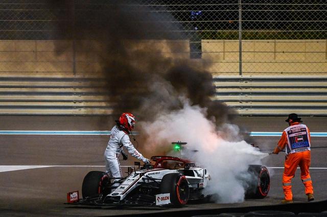 Cận cảnh: Cựu vô địch F1 thế giới thoát chết thần kỳ khi xe đua bốc cháy dữ dội - Ảnh 4.