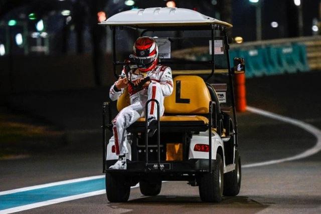 Cận cảnh: Cựu vô địch F1 thế giới thoát chết thần kỳ khi xe đua bốc cháy dữ dội - Ảnh 8.