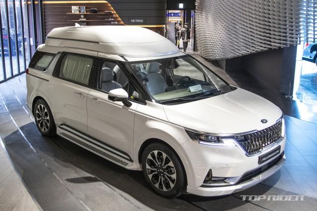 Chi tiết Kia Sedona High Limousine 2021 ngoài đời thực: Sang như xe Đức, giá quy đổi hơn 1,2 tỷ đồng khiến người Việt phát thèm - Ảnh 1.